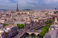 Horisont av Paris med Eiffeltorn och Seine River i Paris arkivfoton