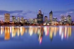 Horisont av Perth, Australien på natten Arkivfoto