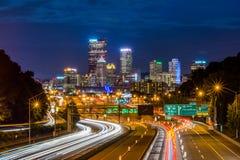 Horisont av Pittsburgh, Pennsylvania från huvudvägen på natten Royaltyfri Fotografi