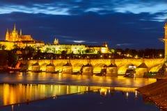 Horisont av Prague med den Charles bron på natten Royaltyfri Bild