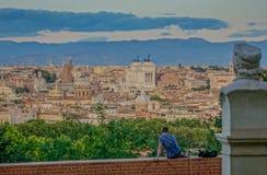 Horisont av Rome i en solnedgång fotografering för bildbyråer