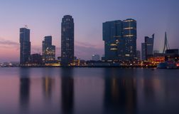Horisont av Rotterdam på natten Fotografering för Bildbyråer