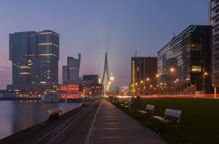 Horisont av Rotterdam på natten Arkivfoton