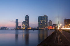 Horisont av Rotterdam på natten Royaltyfri Foto