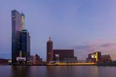 Horisont av Rotterdam på natten Arkivbild