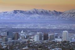 Horisont av Salt Lake City, UT med korkade Wasatch för snö berg i bakgrund royaltyfri fotografi