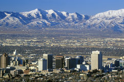 Horisont av Salt Lake City, UT med korkade Wasatch för snö berg i bakgrund Arkivbild