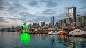 Horisont av Seattle i aftonen Royaltyfri Foto
