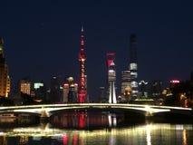 Horisont av Shanghai beskådade från Suzhou Creek i Puxi Royaltyfria Bilder