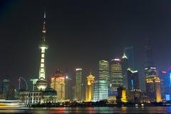 Horisont av Shanghai i moln vid natt Arkivfoton