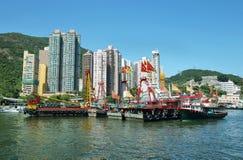 Horisont av skyskraporna och fiskebåtarna i den Aberdeen pir av Hong Kong Royaltyfri Foto
