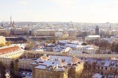 Horisont av snöig Prague i en solig dag Arkivfoto