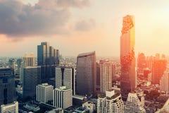 Horisont av storstaden mycket av skyskrapor i affärsområdet av Bangkok Arkivfoton