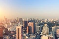 Horisont av storstaden mycket av skyskrapor i affärsområdet av Bangkok royaltyfri fotografi