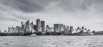 Horisont av Sydney CBD med operahuset i svartvitt Fotografering för Bildbyråer