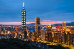 Horisont av Taipei 101 för Taipei nattcityscape byggande av Taipei den finansiella staden, Taiwan royaltyfria bilder