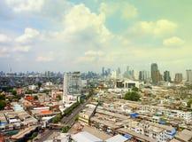 Horisont av Thonburi, Bangkok, Thailand royaltyfri bild