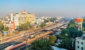 Horisont av Vadodara som förr är bekant som Baroda, med järnvägsstationen Gujarat Indien royaltyfri fotografi