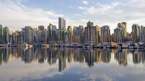 Horisont av Vancouver, F. KR., Kanada från hamn på solnedgången royaltyfri bild