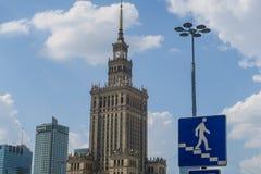 Horisont av Warszawa med affärsbyggnader och kommunisten Pala arkivfoton