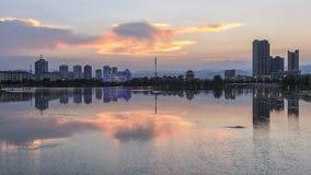 Horisont av Yuxi från Nie Er Music Square Park, en av de störst i Yuxi Royaltyfria Foton