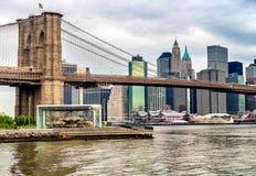 Horisont för Brooklyn bro och Manhattan på gryning Fotografering för Bildbyråer