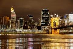 Horisont för Cincinnati Ohio nattstad Fotografering för Bildbyråer