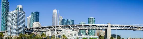 Horisont för finansiellt område för San Francisco ` s ny Royaltyfri Bild