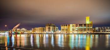 Horisont för Green Baywisconsin stad på natten fotografering för bildbyråer