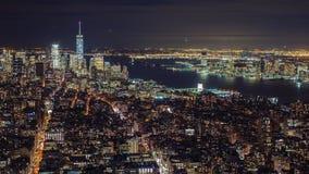 Horisont för Manhattan flyg- panoramacityscape Timelapse Långt framåt av statyn av frihet kan ses stad New York lager videofilmer