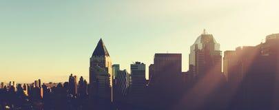 Horisont för Manhattan morgonsoluppgång Arkivbilder