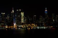 Horisont för Midtown NY på natten Arkivfoto