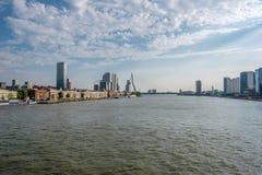 Horisont för Rotterdam stadscityscape med den Erasmus-bron och floden Södra Holland, Nederländerna Arkivfoton