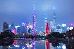 Horisont för Shanghai Kina härlig stadsgränsmärke på nattaffären och loppstället arkivfoton