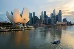 Horisont för Singapore affärsområde och Singapore skyskrapa i natt på Marina Bay askfat royaltyfria foton