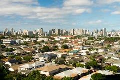 Horisont för stad för bostads- hem Honolulu för blåa himlar i stadens centrum Royaltyfri Bild