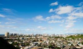 Horisont för stad för bostads- hem Honolulu för blåa himlar i stadens centrum Royaltyfria Foton