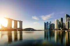 Horisont f?r Singapore aff?rsomr?de i natt p? Marina Bay, Singapore askfat fotografering för bildbyråer