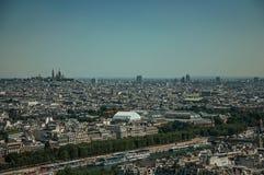 Horisont, flod Seine, grönska och byggnader under blå himmel som ses från Eiffeltorn i Paris Arkivfoto