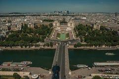 Horisont, flod Seine, Trocadero och byggnader under blå himmel som ses från Eiffeltorn i Paris Fotografering för Bildbyråer