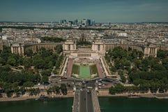 Horisont, flod Seine, Trocadero och byggnader under blå himmel som ses från Eiffeltorn i Paris Arkivfoton