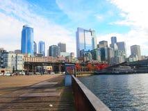 Horisont från Seattle från hamnen i på en solig dag royaltyfri fotografi