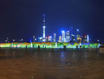Horisont för gränsmärke för Shanghai Bund panorama- på ferienatten Arkivbild