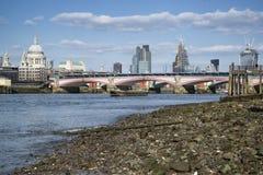 Horisont för stad för lågvattenflodThemsen och London inklusive St Paul Arkivbild