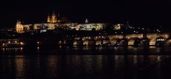 Horisont i Prague vid natt royaltyfri bild