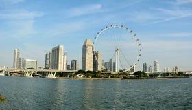 Horisont i Singapore med det Singapore reklambladhjulet och skyskrapor Royaltyfri Bild