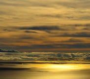 Horisont med moln på havet på gryning Royaltyfri Bild