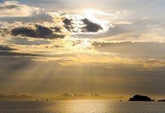 Horisont med solstrålar arkivfoton
