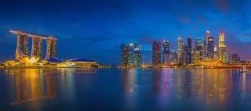 Horisont och moderna skyskrapor av affärsområdet Marina Bay arkivbilder