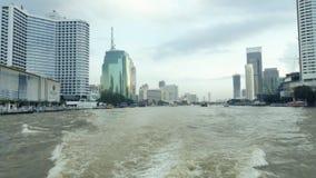Horisont och skyskrapor i Bangkok, Thailand beskådade från sikten på fartyget på den Chao Phraya floden arkivfilmer